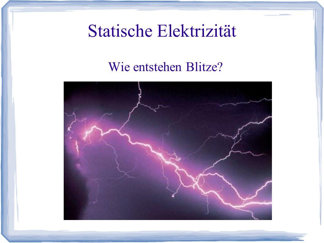 Statische Elektrizität Versuch: Kunststoffstäbe und Plexisglasstäbe werden mit einer Wollsocke gerieben.