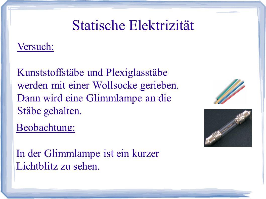 Statische Elektrizität Erklärung: Durch die Reibung werden die Kunststoffstäbe geladen.