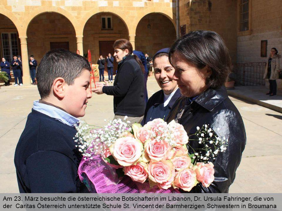 Die Botschafterin und Oberin Sr. Zahia im Kreis einiger Schüler