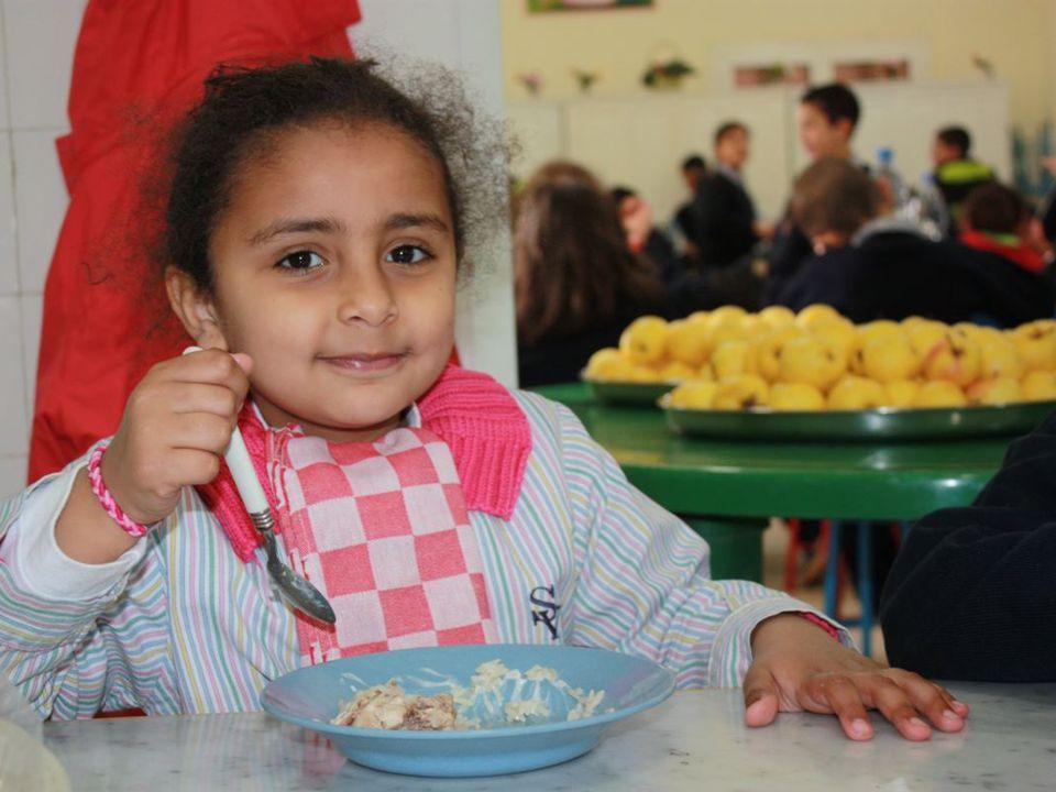 Um die große Zahl der Kinder gleichzeitig verpflegen zu können, wurde sogar die Terasse neben dem Speisesaal überdacht und bietet jetzt zusätzlichen Platz