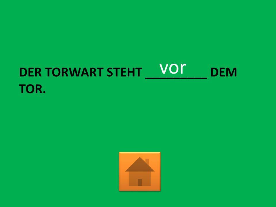 DER TRAINER SPRICHT ______ EINEM SPIELER. mit