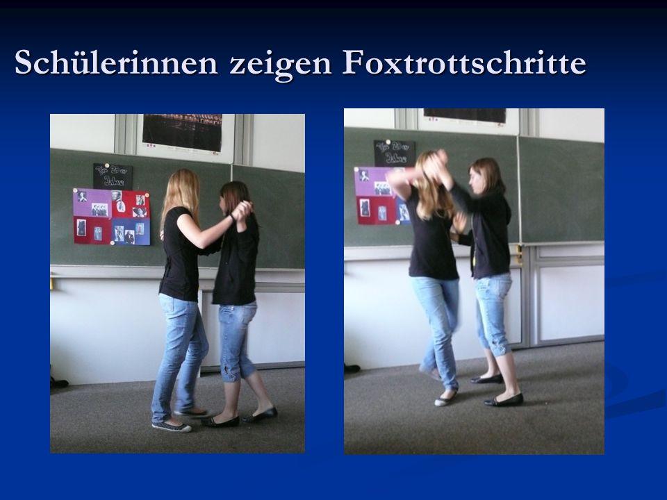 Schülerinnen zeigen Foxtrottschritte