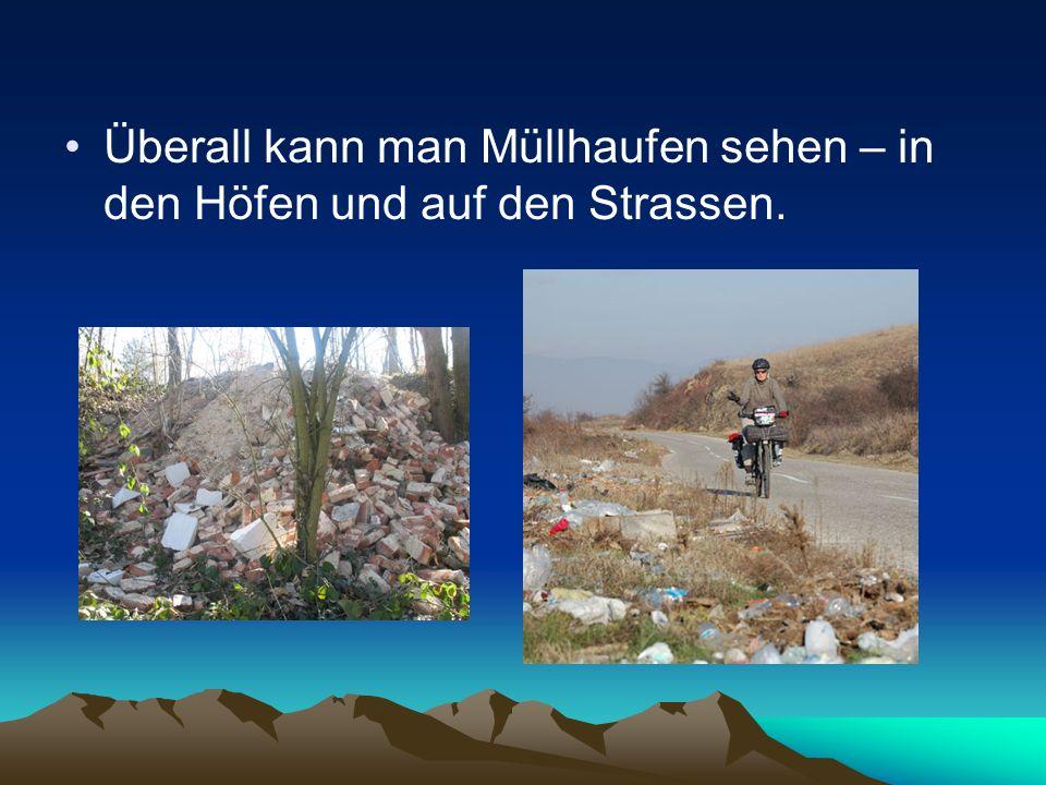 Überall kann man Müllhaufen sehen – in den Höfen und auf den Strassen.