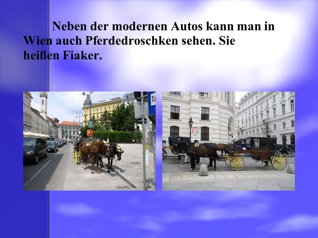 Neben der modernen Autos kann man in Wien auch Pferdedroschken sehen