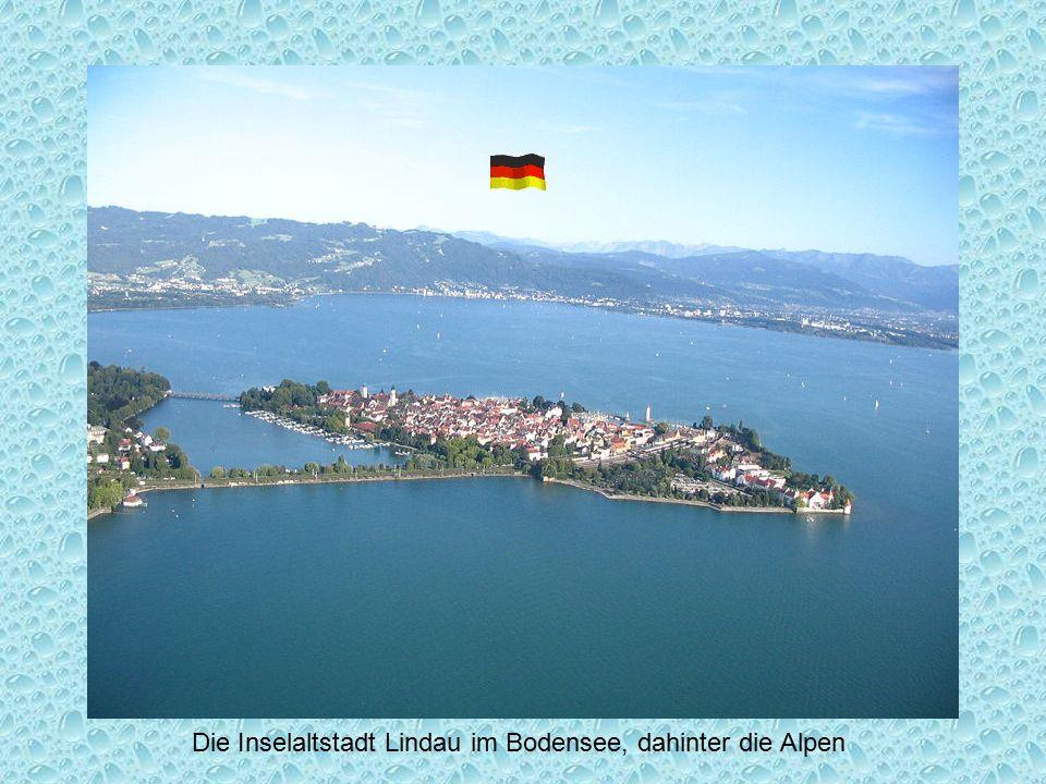 Die Inselaltstadt Lindau im Bodensee, dahinter die Alpen