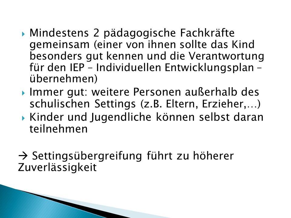 Mindestens 2 pädagogische Fachkräfte gemeinsam (einer von ihnen sollte das Kind besonders gut kennen und die Verantwortung für den IEP – Individuellen Entwicklungsplan – übernehmen)