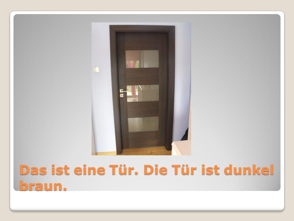Das ist eine Tür. Die Tür ist dunkel braun.