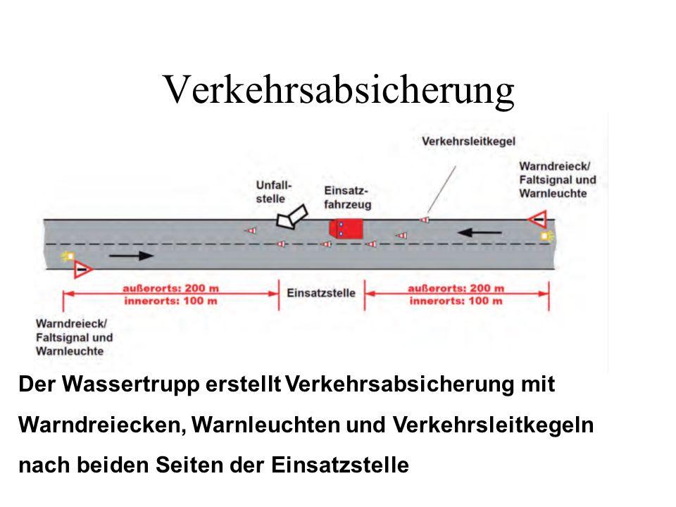 Verkehrsabsicherung Der Wassertrupp erstellt Verkehrsabsicherung mit