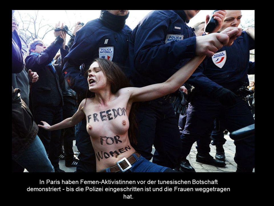 In Paris haben Femen-Aktivistinnen vor der tunesischen Botschaft demonstriert - bis die Polizei eingeschritten ist und die Frauen weggetragen hat.