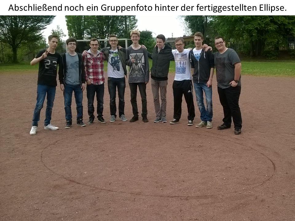 Abschließend noch ein Gruppenfoto hinter der fertiggestellten Ellipse.
