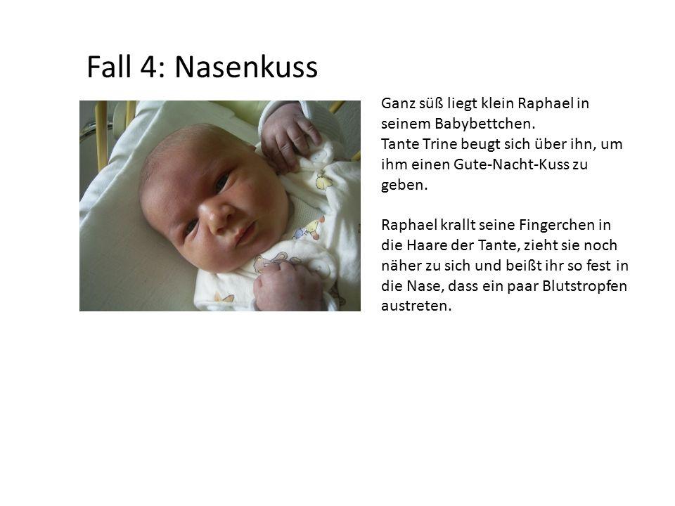 Fall 4: Nasenkuss Ganz süß liegt klein Raphael in seinem Babybettchen.