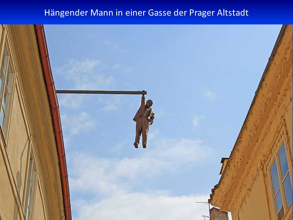 Hängender Mann in einer Gasse der Prager Altstadt