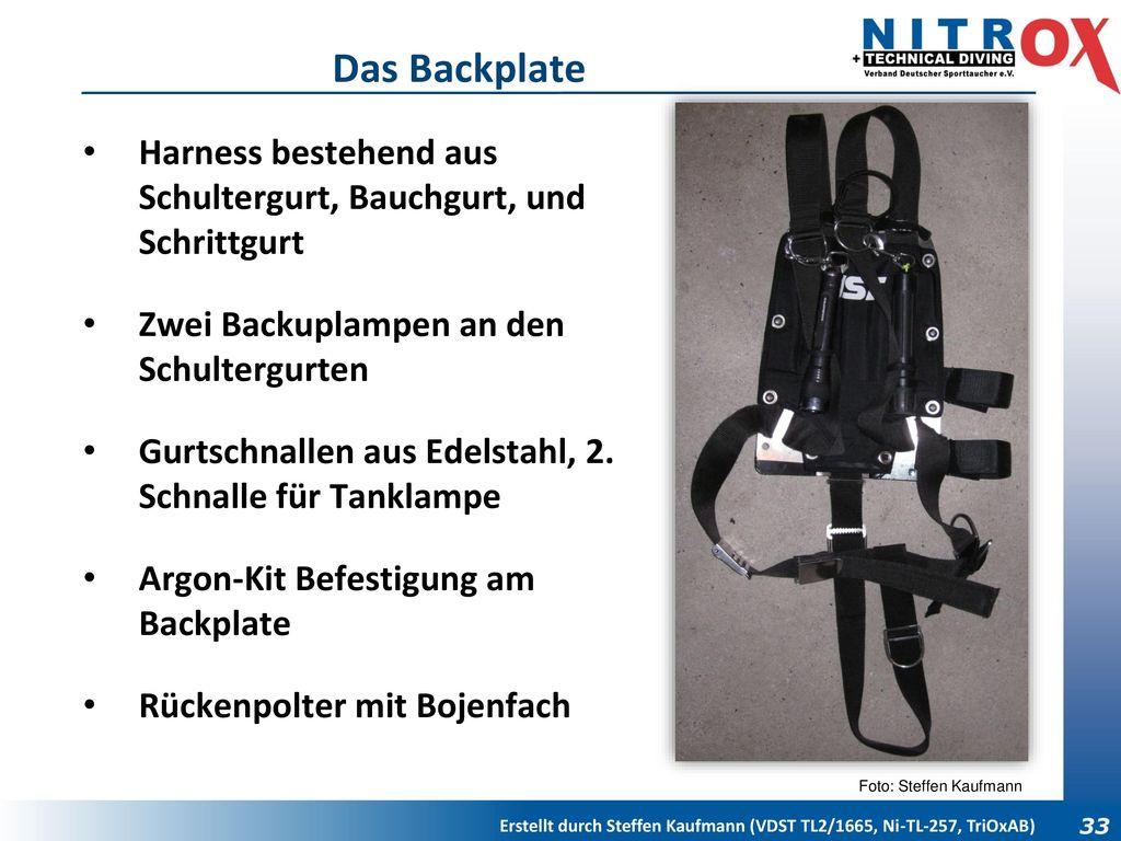 Das Backplate Harness bestehend aus Schultergurt, Bauchgurt, und Schrittgurt. Zwei Backuplampen an den Schultergurten.