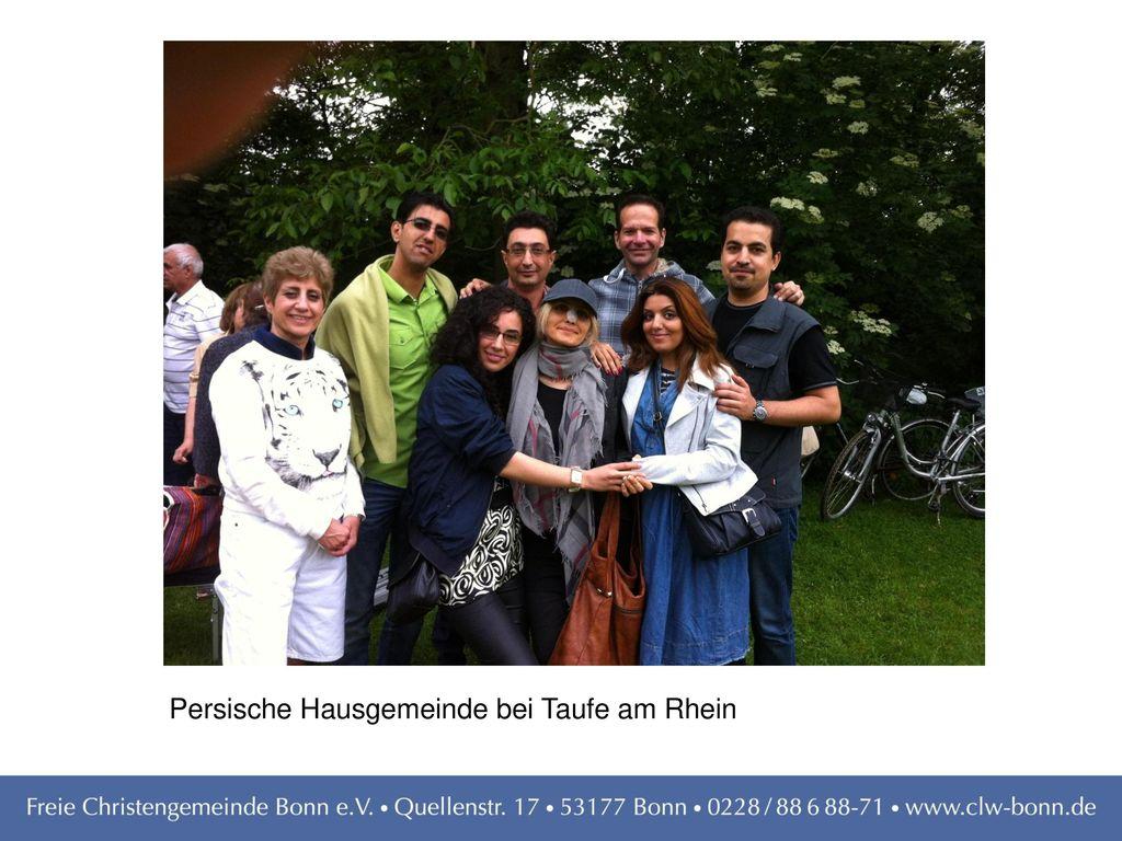 Persische Hausgemeinde bei Taufe am Rhein