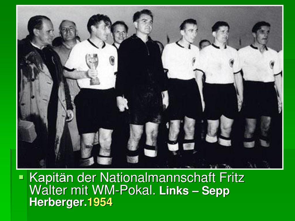 Kapitän der Nationalmannschaft Fritz Walter mit WM-Pokal