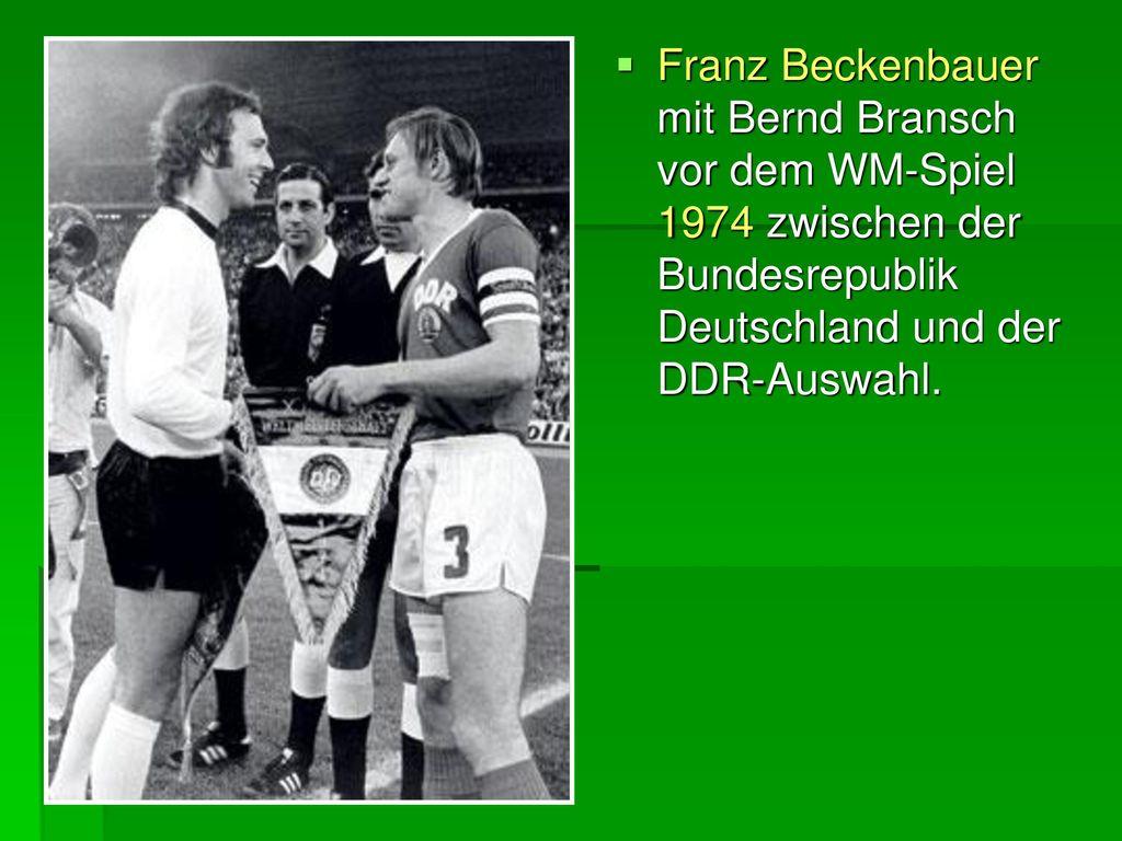 Franz Beckenbauer mit Bernd Bransch vor dem WM-Spiel 1974 zwischen der Bundesrepublik Deutschland und der DDR-Auswahl.