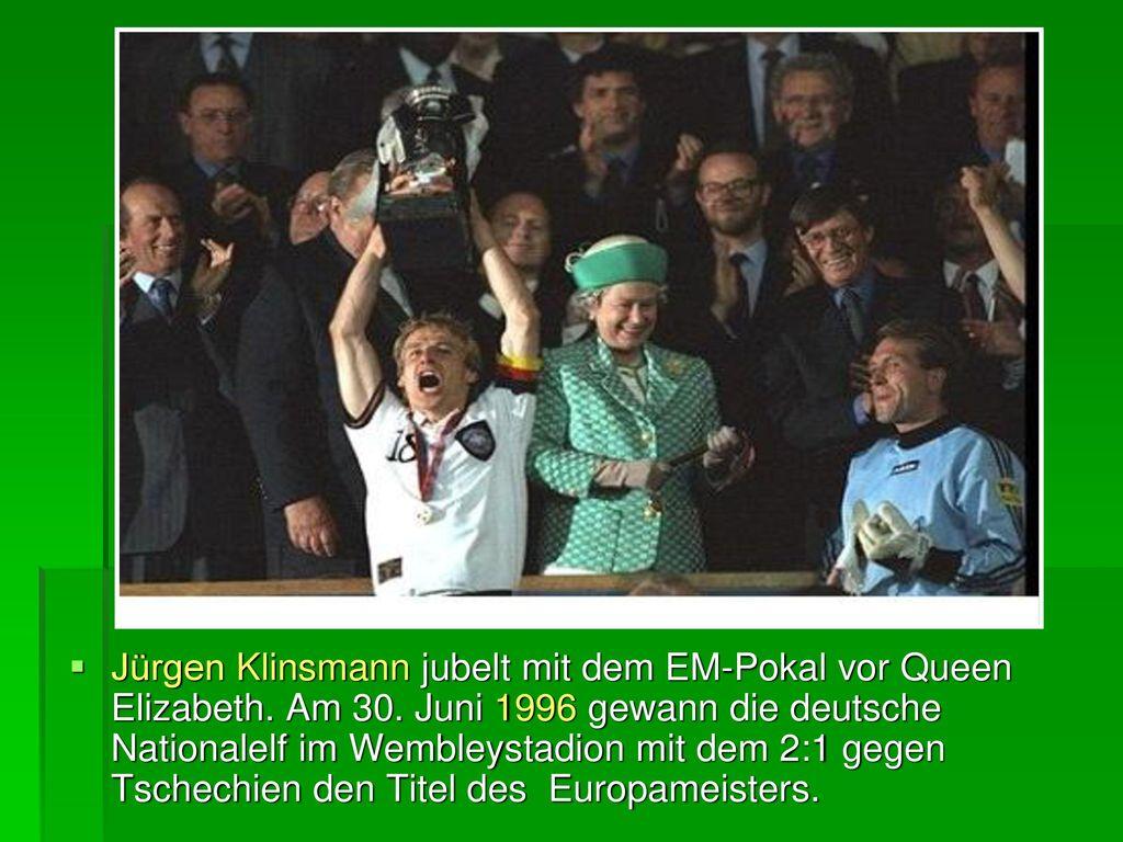 Jürgen Klinsmann jubelt mit dem EM-Pokal vor Queen Elizabeth. Am 30