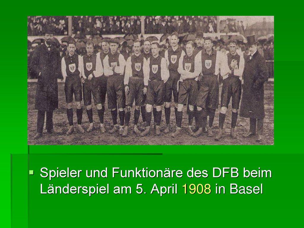 Spieler und Funktionäre des DFB beim Länderspiel am 5