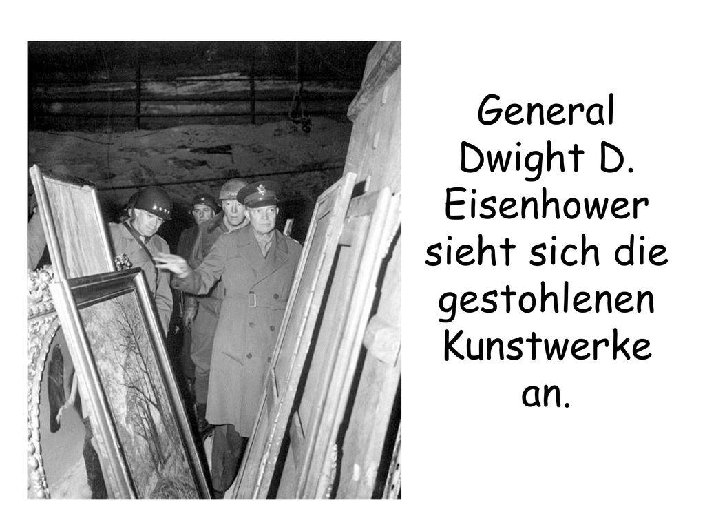 General Dwight D. Eisenhower sieht sich die gestohlenen Kunstwerke an.