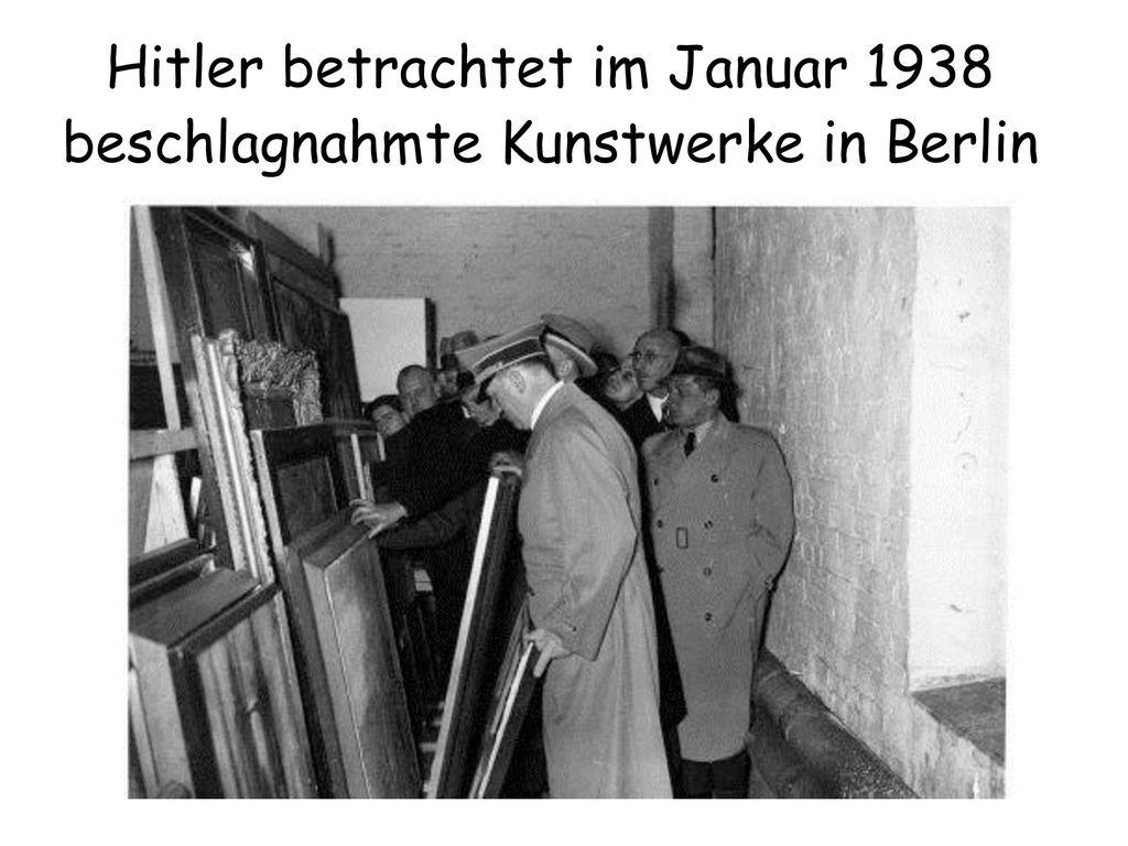 Hitler betrachtet im Januar 1938 beschlagnahmte Kunstwerke in Berlin