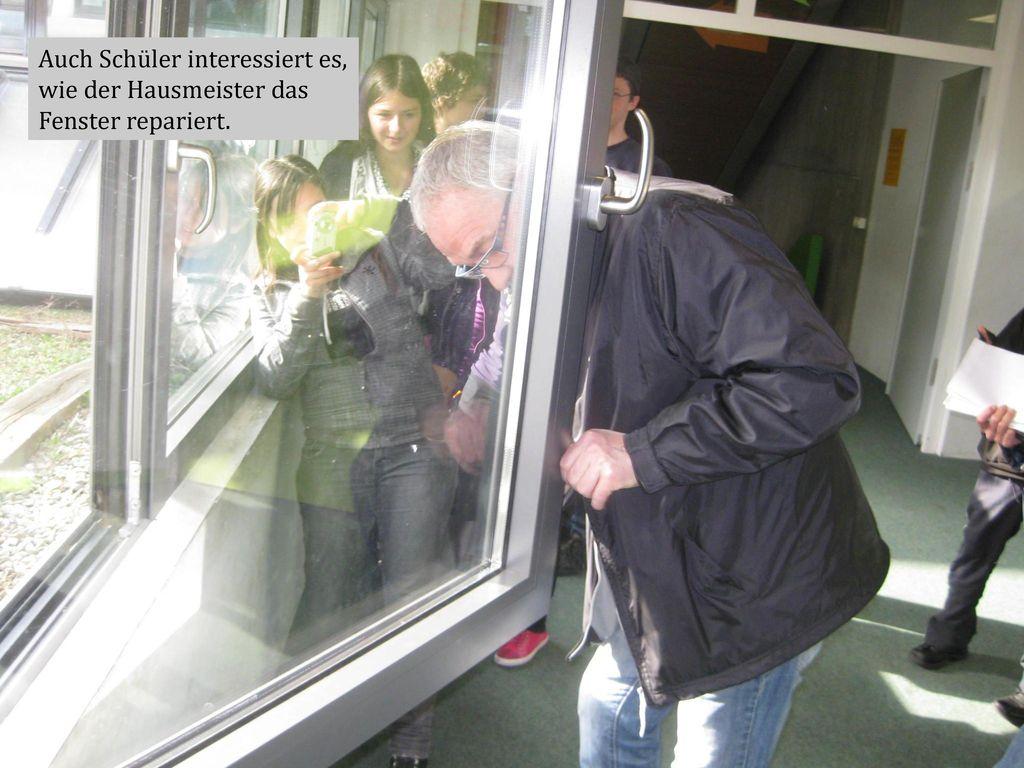 Auch Schüler interessiert es, wie der Hausmeister das Fenster repariert.
