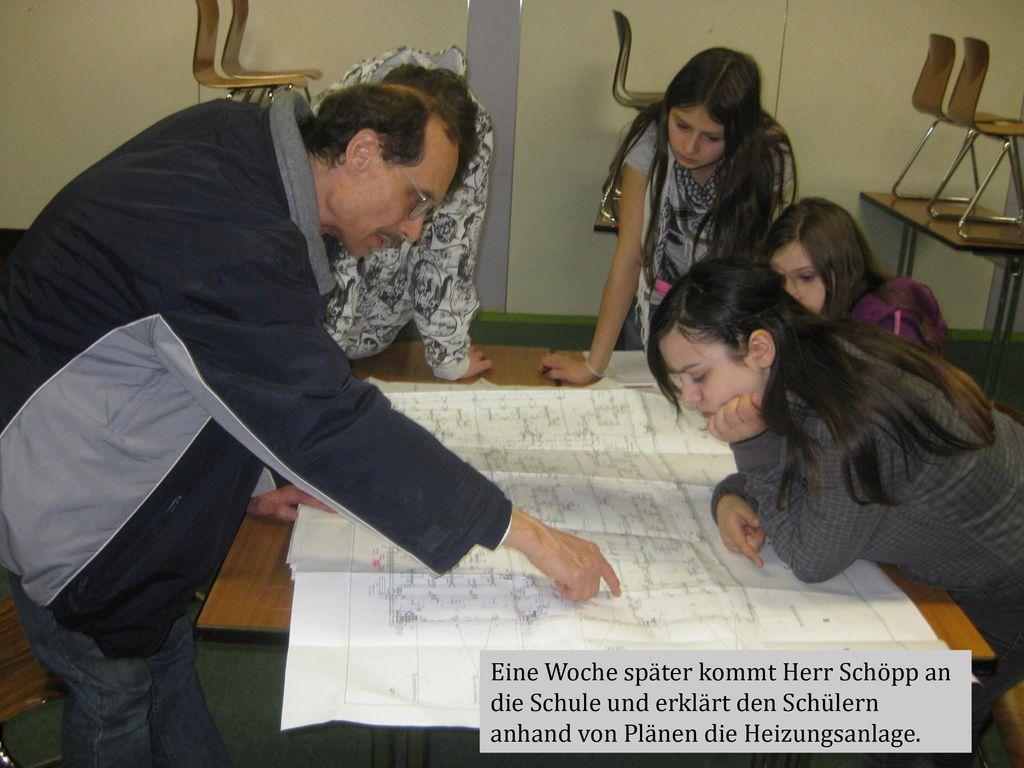 Eine Woche später kommt Herr Schöpp an die Schule und erklärt den Schülern anhand von Plänen die Heizungsanlage.