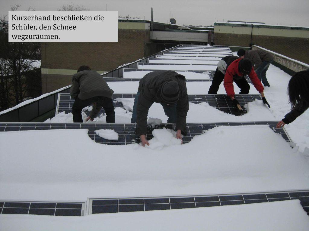 Kurzerhand beschließen die Schüler, den Schnee wegzuräumen.