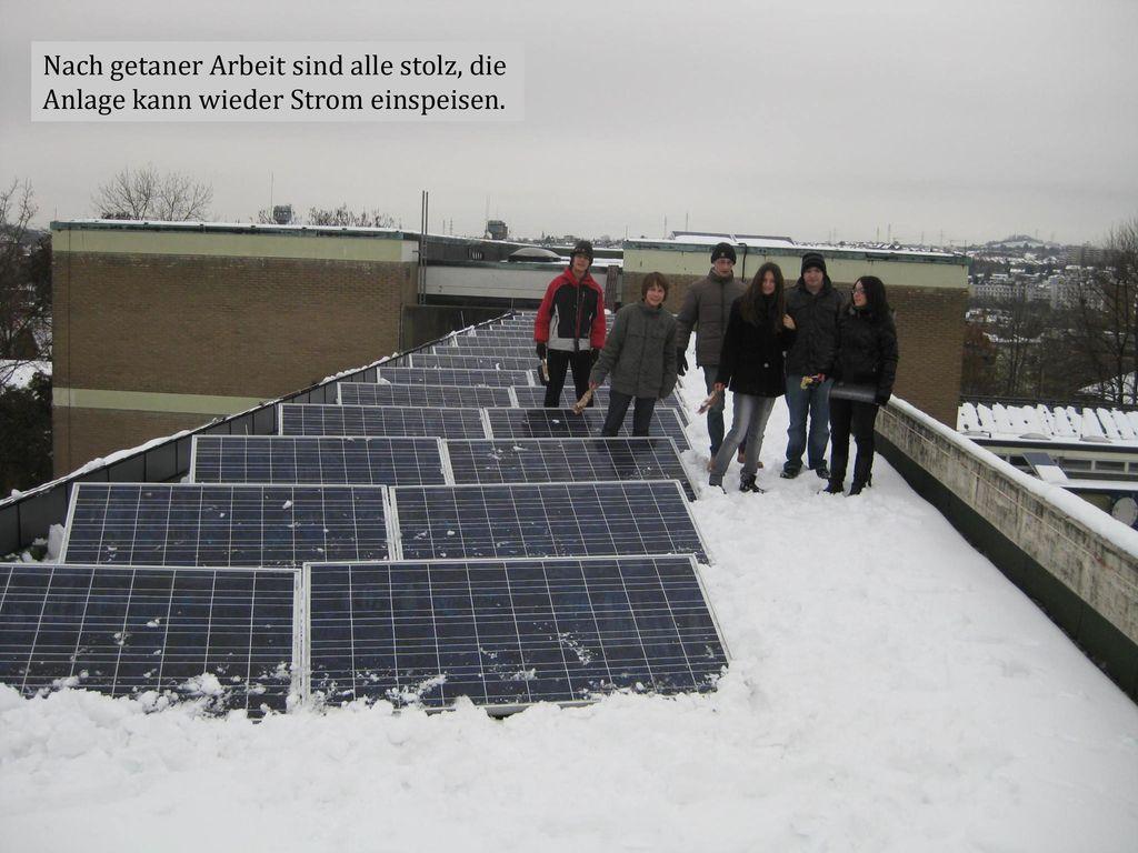 Nach getaner Arbeit sind alle stolz, die Anlage kann wieder Strom einspeisen.