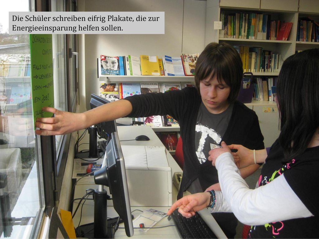 Die Schüler schreiben eifrig Plakate, die zur Energieeinsparung helfen sollen.