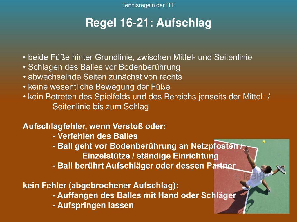 Tennisregeln der ITF Regel 16-21: Aufschlag. beide Füße hinter Grundlinie, zwischen Mittel- und Seitenlinie.