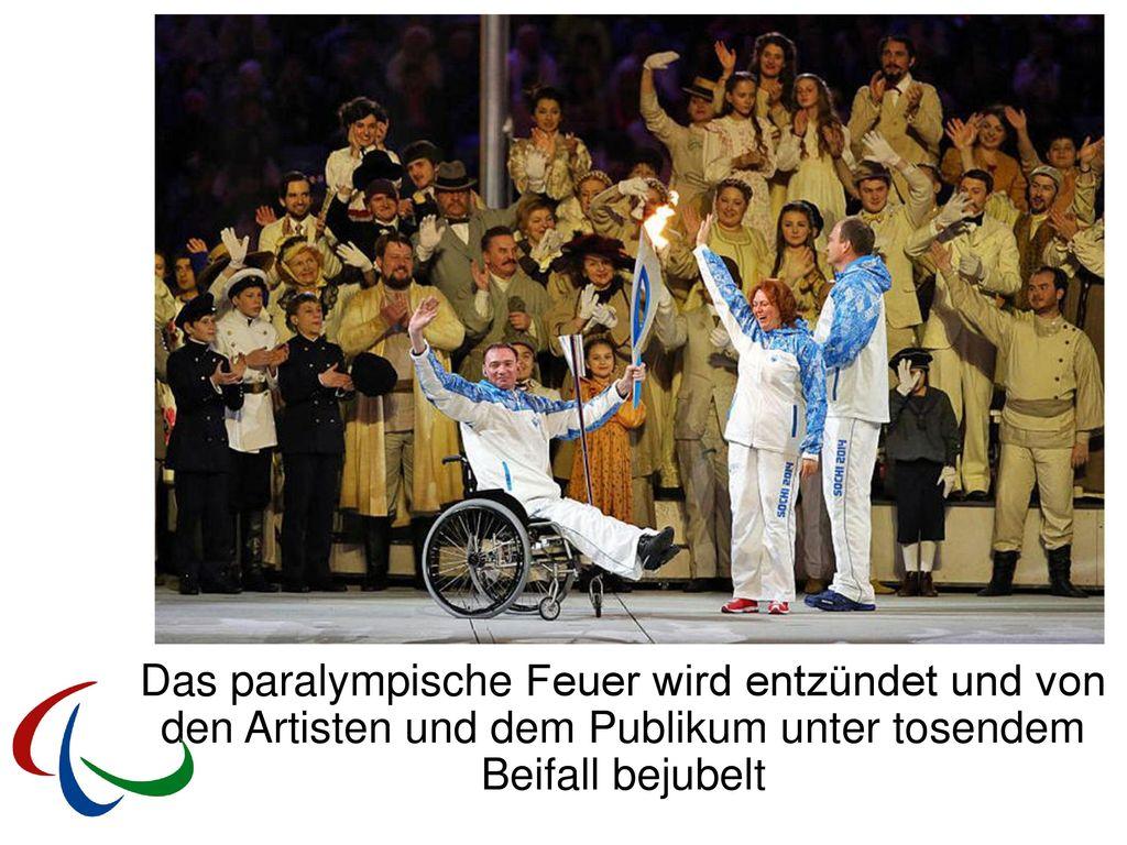 Das paralympische Feuer wird entzündet und von den Artisten und dem Publikum unter tosendem Beifall bejubelt