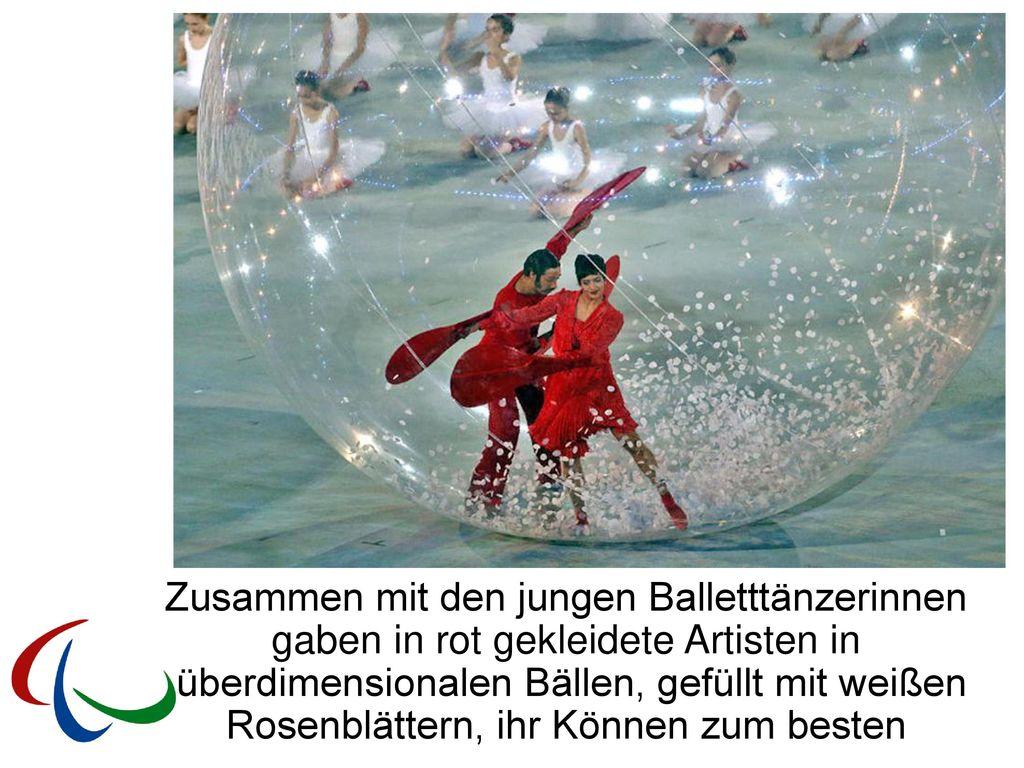 Zusammen mit den jungen Balletttänzerinnen gaben in rot gekleidete Artisten in