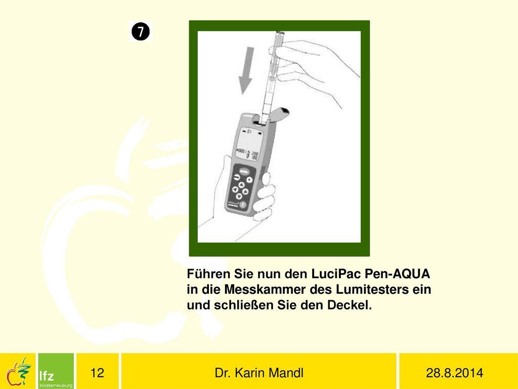 Führen Sie nun den LuciPac Pen-AQUA in die Messkammer des Lumitesters ein und schließen Sie den Deckel.