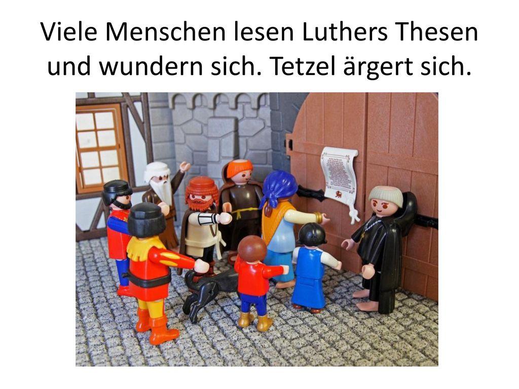 Viele Menschen lesen Luthers Thesen und wundern sich