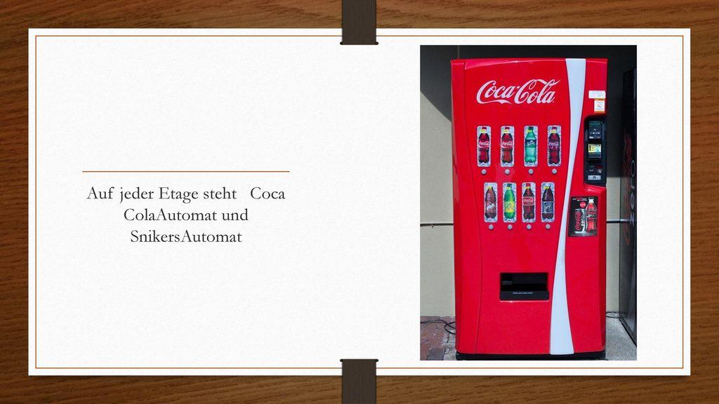 Auf jeder Etage steht Coca ColaAutomat und SnikersAutomat