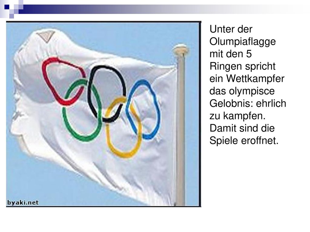 Unter der Olumpiaflagge mit den 5 Ringen spricht ein Wettkampfer das olympisce Gelobnis: ehrlich zu kampfen.