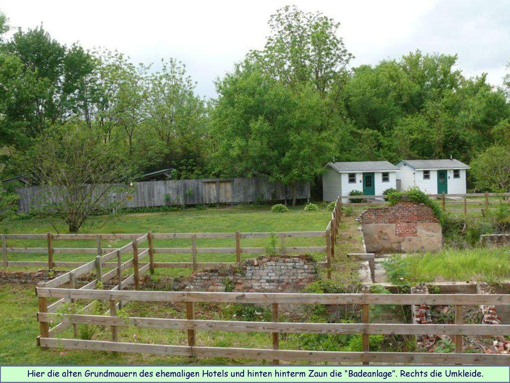 Hier die alten Grundmauern des ehemaligen Hotels und hinten hinterm Zaun die Badeanlage .