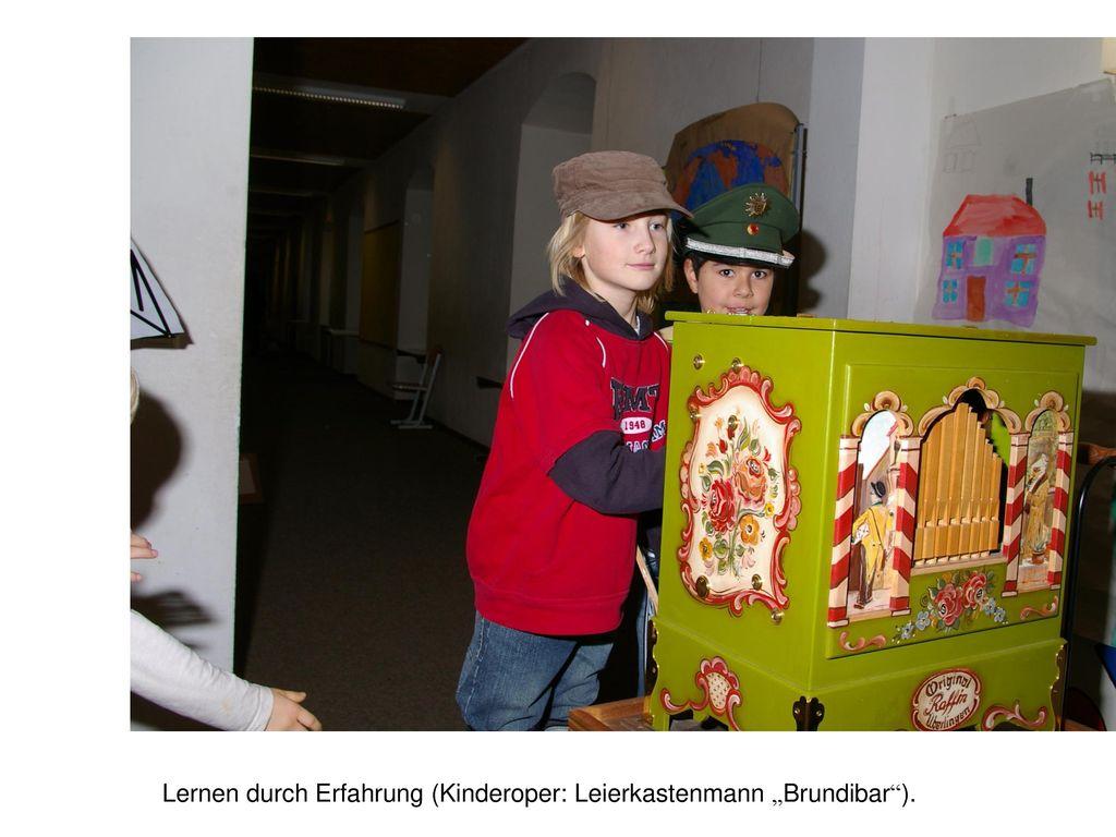 "Lernen durch Erfahrung (Kinderoper: Leierkastenmann ""Brundibar )."