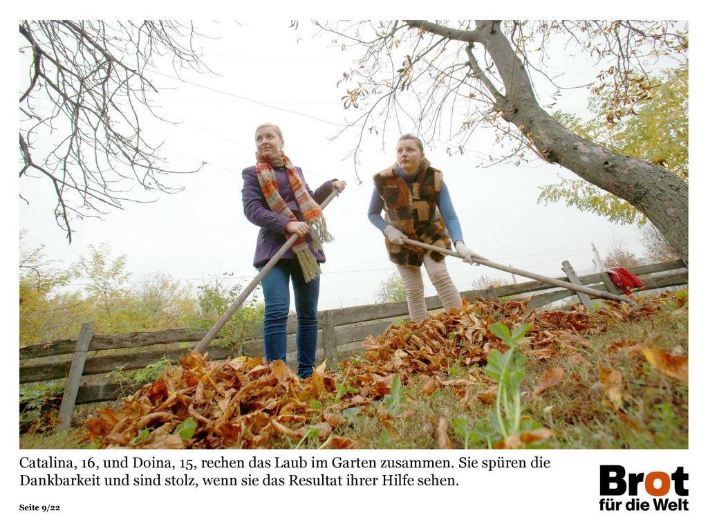 Catalina, 16, und Doina, 15, rechen das Laub im Garten zusammen