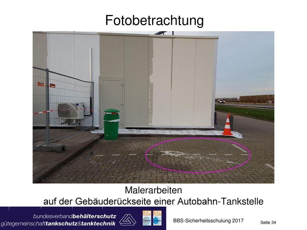Malerarbeiten auf der Gebäuderückseite einer Autobahn-Tankstelle