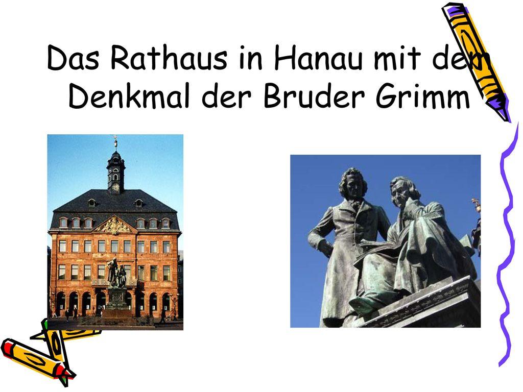 Das Rathaus in Hanau mit dem Denkmal der Bruder Grimm