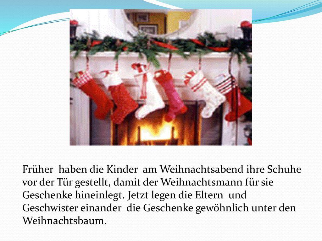 Früher haben die Kinder am Weihnachtsabend ihre Schuhe vor der Tür gestellt, damit der Weihnachtsmann für sie Geschenke hineinlegt.