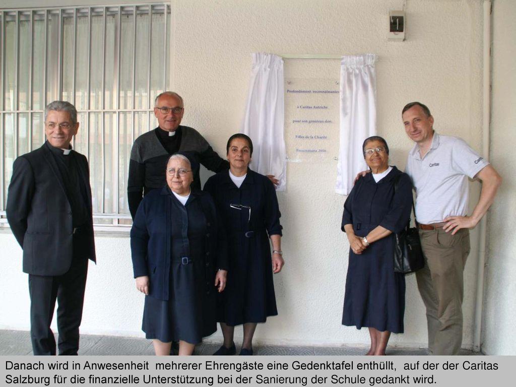 Danach wird in Anwesenheit mehrerer Ehrengäste eine Gedenktafel enthüllt, auf der der Caritas Salzburg für die finanzielle Unterstützung bei der Sanierung der Schule gedankt wird.