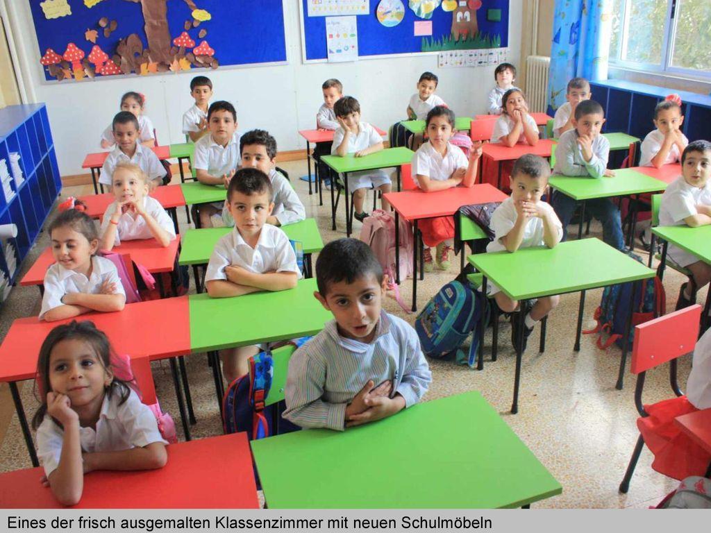 Eines der frisch ausgemalten Klassenzimmer mit neuen Schulmöbeln