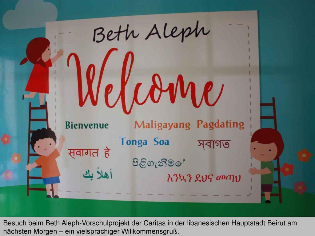 Besuch beim Beth Aleph-Vorschulprojekt der Caritas in der libanesischen Hauptstadt Beirut am nächsten Morgen – ein vielsprachiger Willkommensgruß.