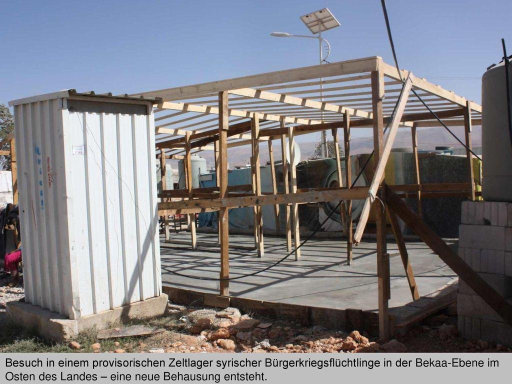 Besuch in einem provisorischen Zeltlager syrischer Bürgerkriegsflüchtlinge in der Bekaa-Ebene im Osten des Landes – eine neue Behausung entsteht.