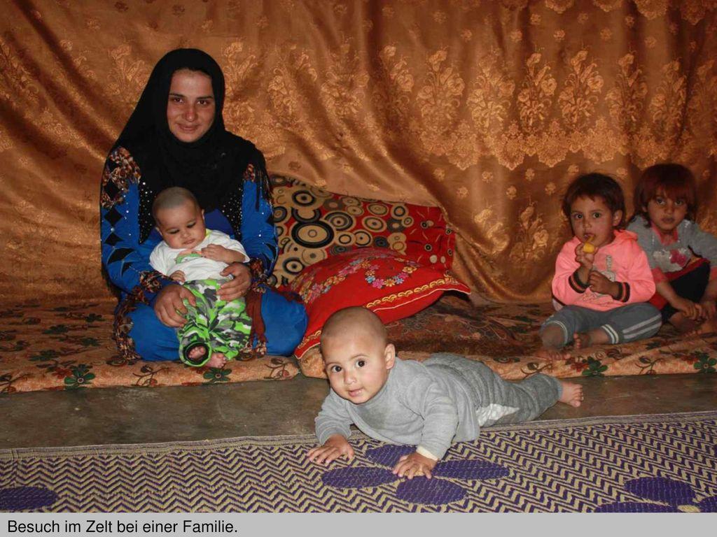 Besuch im Zelt bei einer Familie.