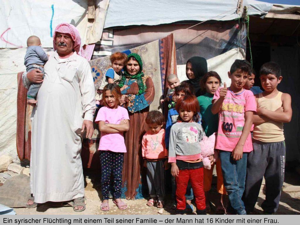 Ein syrischer Flüchtling mit einem Teil seiner Familie – der Mann hat 16 Kinder mit einer Frau.