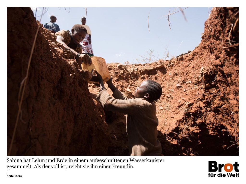 Sabina hat Lehm und Erde in einem aufgeschnittenen Wasserkanister gesammelt. Als der voll ist, reicht sie ihn einer Freundin.
