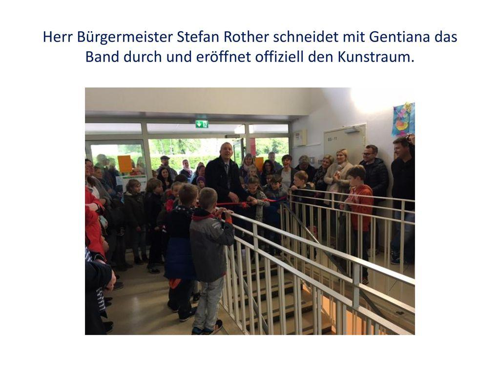 Herr Bürgermeister Stefan Rother schneidet mit Gentiana das Band durch und eröffnet offiziell den Kunstraum.